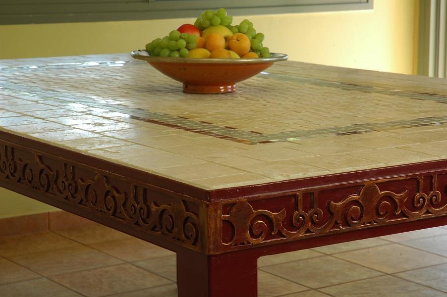 שולחן אוכל מפסיפס שילוב אבן טבעית וקרמיקה. קונסטרוקציית ברזל. עיטור בחיתוך לייזר.