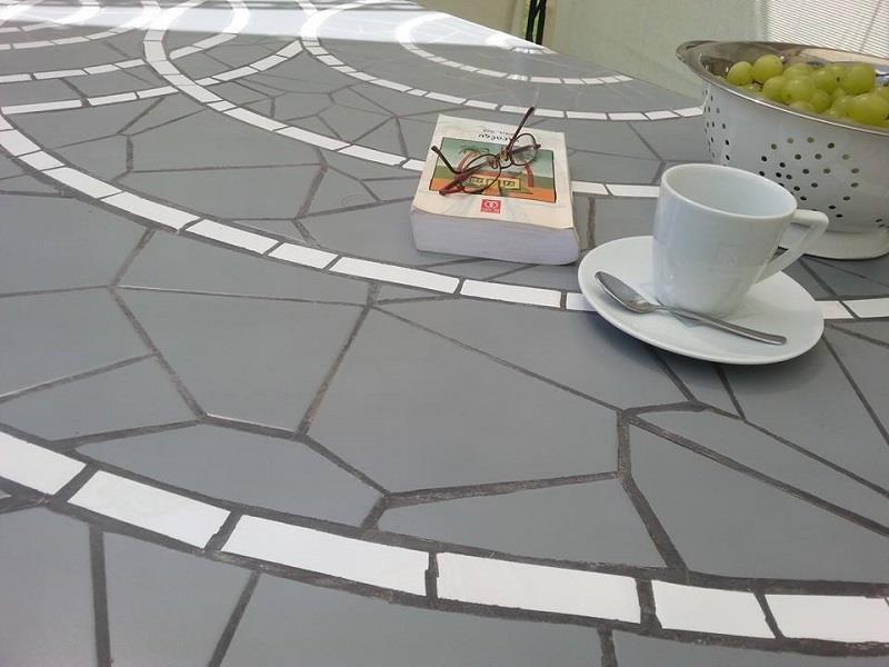 שולחן אדוות. פסיפס קרמיקה אפור לבן